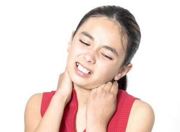 Ребенок не может повернуть голову болит шея