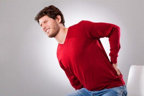 резкие боли в пояснице у мужчин могут возникать из-за патологий почек