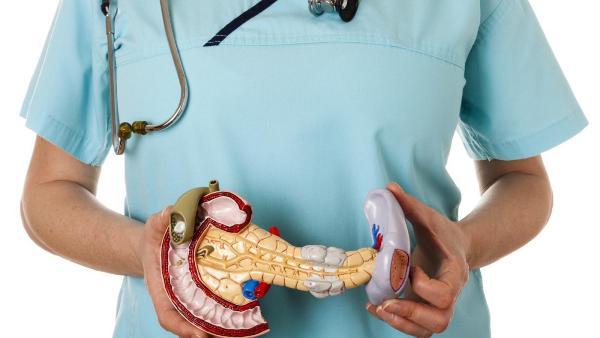 Опоясывающая боль в пояснице и животе возникает на фоне панкреатита