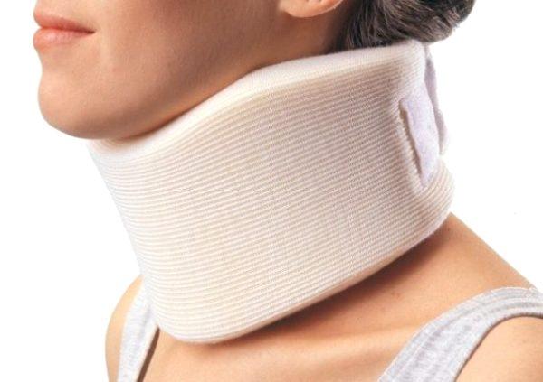 фиксация шеи специальным воротником при болях в шее и затылке